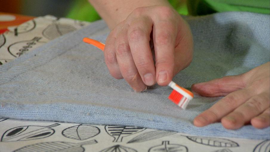 Расчесываем шерстяную ткань зубной счеткой