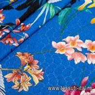 Шитье (н) крупный цветочный орнамент на ярко-голубом - итальянские ткани Тессутидея